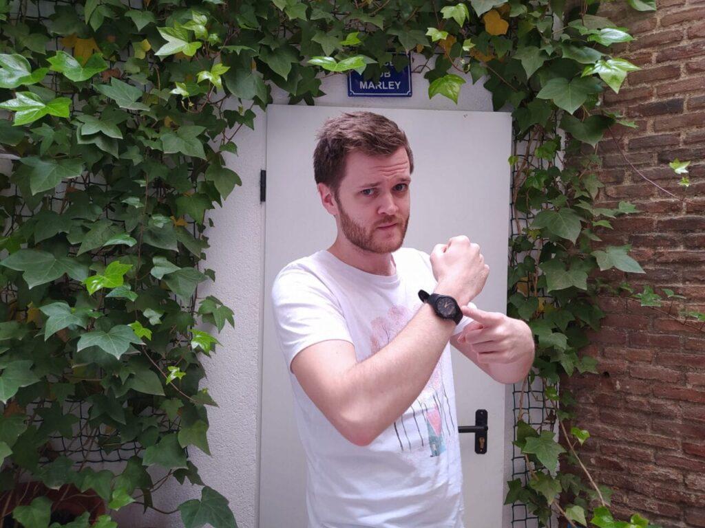 profesor de inglés de nativo señalando su reloj